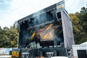Mobile Bühne - mit Linearray und Deckenstrahlern